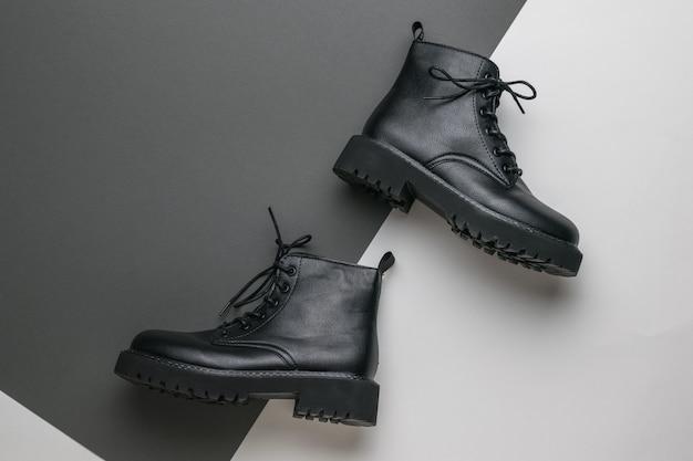 Scarpe alla moda nere su una superficie in bianco e nero