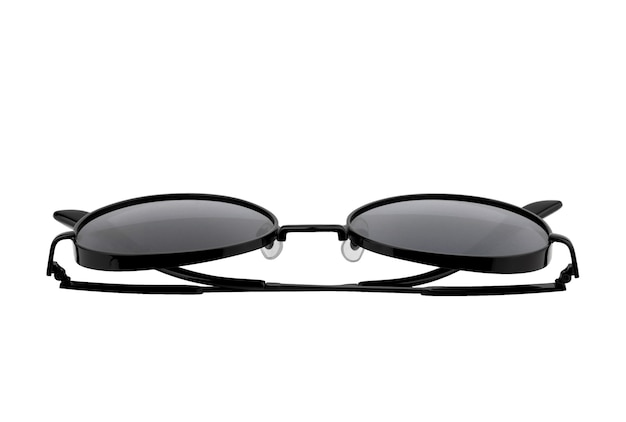 Occhiali da sole neri con montatura in metallo isolati su sfondo bianco