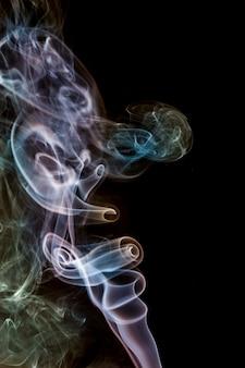 Superficie nera, fumo colorato