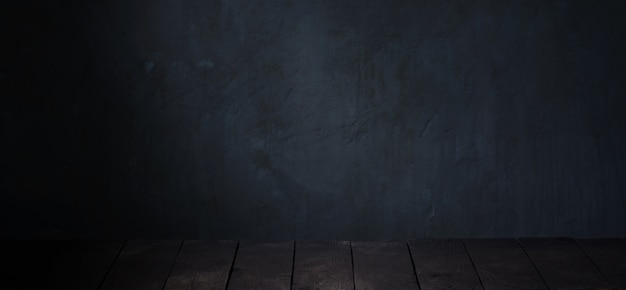 Tavolo nero su sfondo scuro muro