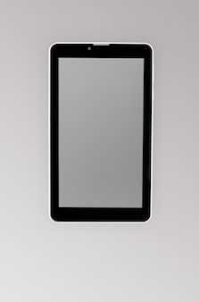 Nero un tablet su uno sfondo scuro in primo piano