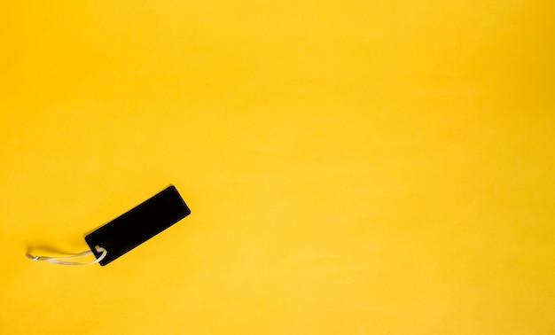 Etichetta nera su uno sfondo giallo isolato con spazio per il testo