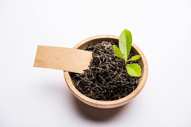Tè nero in polvere o polvere secca con o senza foglia verde e servito caldo chai in una tazza