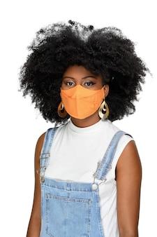 Adolescente nero che indossa una maschera di protezione facciale contro il covid 19 isolato su sfondo bianco