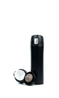 Bottiglia di termos nero con tappo aperto isolato su sfondo bianco con spazio di copia
