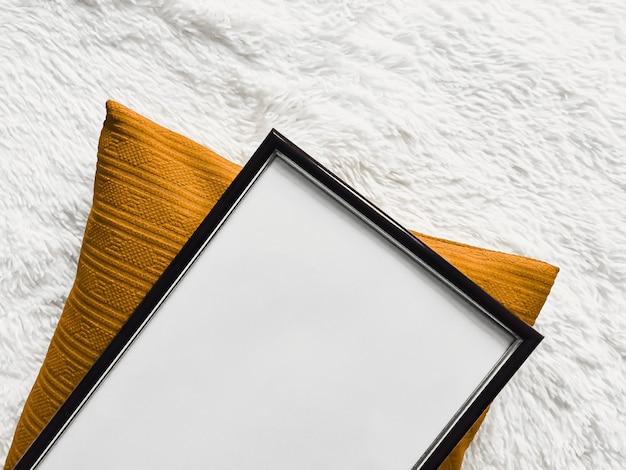 Cornice in legno sottile nera con copyspace vuoto come stampa fotografica poster mockup cuscino dorato cuscino e ...