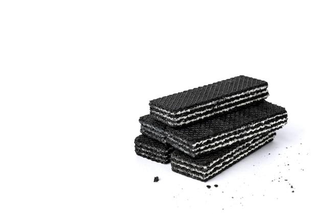 Wafer neri isolati su sfondo bianco.