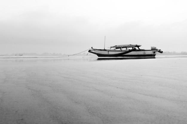 Barca in bianco e nero a north bengkulu, indonesia