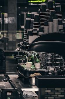 Macchina da caffè in bianco e nero con luce verde