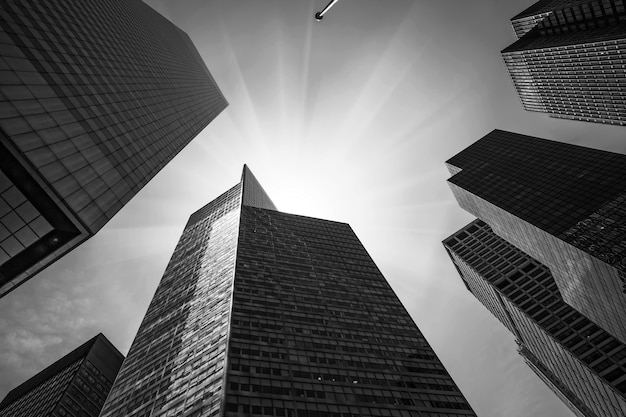 Immagine in bianco e nero dell'architettura moderna di manhattan. manhattan è il più densamente popolato dei cinque distretti di new york city