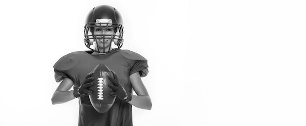 Immagini in bianco e nero di una ragazza sportiva nell'uniforme di un giocatore di football americano. concetto di sport. sfondo bianco. tecnica mista