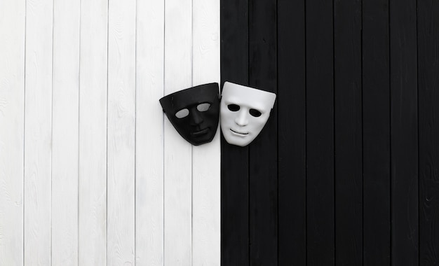Maschere in bianco e nero su sfondo bianco e nero