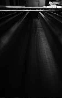 Superficie metallica in bianco e nero sullo sfondo prospettico