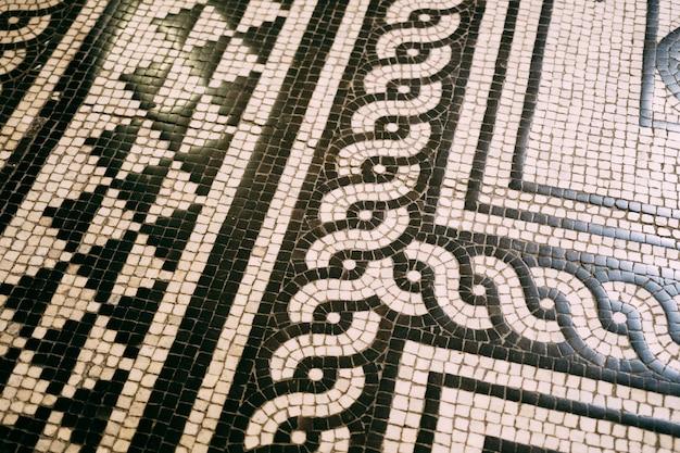 Mosaico in bianco e nero sul pavimento dell'opera di budapest