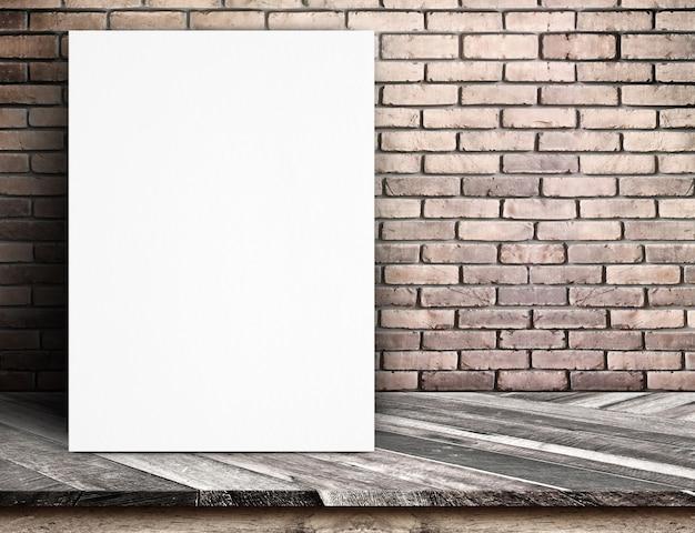 Magra nera del manifesto della carta bianca al muro di mattoni rosso e tavola di legno tropicale, derisione del modello su per l'aggiunta del vostro testo