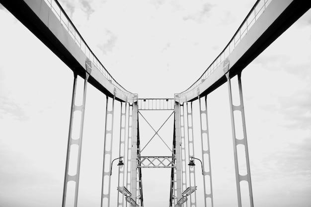Foto in bianco e nero del ponte