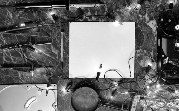 Foto in bianco e nero di un foglio di carta pulito sul desktop di lavoro