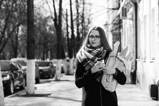 Foto in bianco e nero di una giovane ragazza che passeggia