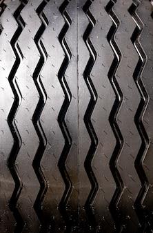 Fotografia in bianco e nero di un grosso pneumatico