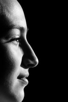 Ritratto in bianco e nero di bella donna bruna con acconciatura bob