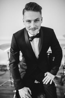 Ritratto in bianco e nero di un uomo