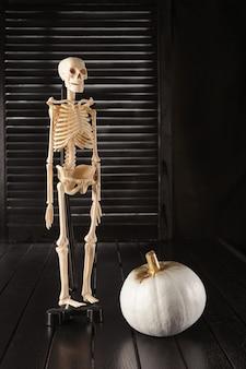 Zucche in bianco e nero. decorazioni per la casa per halloween in stile moderno. verticale.