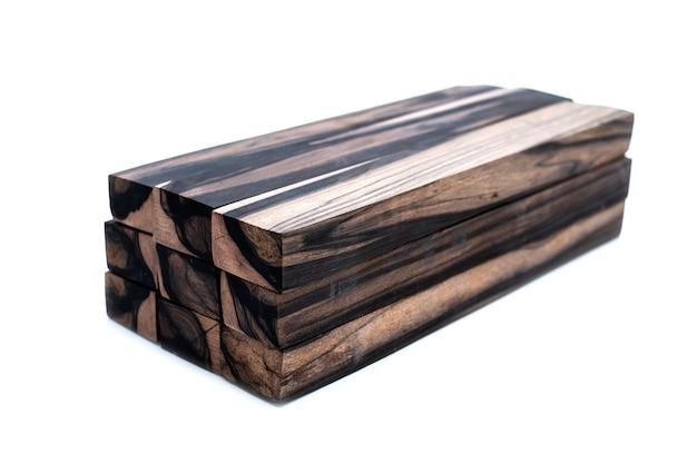 Ceppo di legno bianco e nero esotico su sfondo bianco