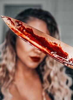 Vedova nera che pulisce il concetto di halloween sulla scena del crimine