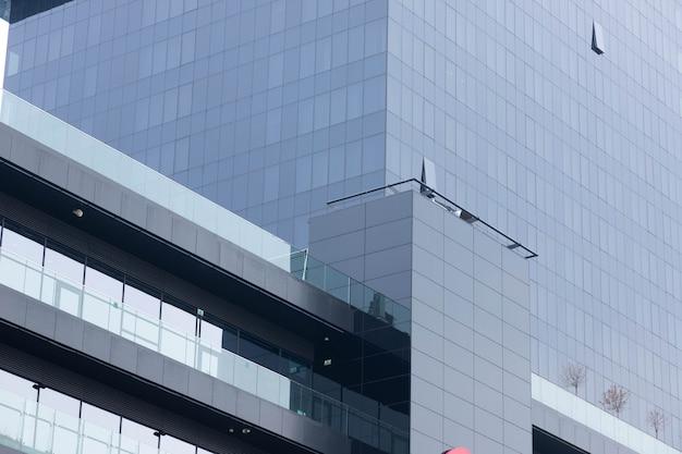 Finestre nere, facciata di un moderno edificio per uffici, un centro commerciale in un megapole.