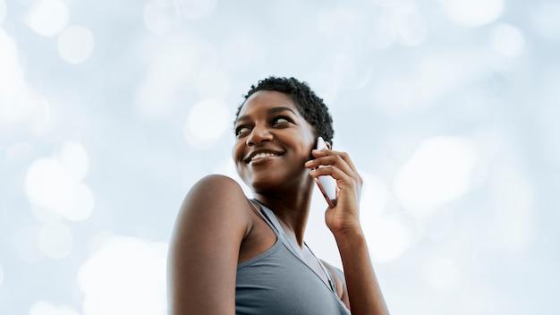Donna di colore che parla al telefono