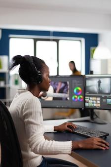 Videografo di una donna di colore che sviluppa il montaggio del film del progetto