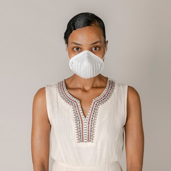Donna di colore che indossa una maschera