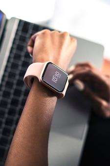 Donna di colore che indossa uno smartwatch