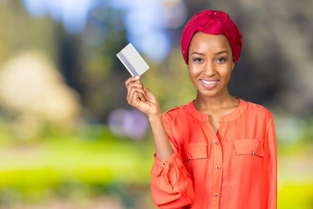 Donna di colore con una carta di credito
