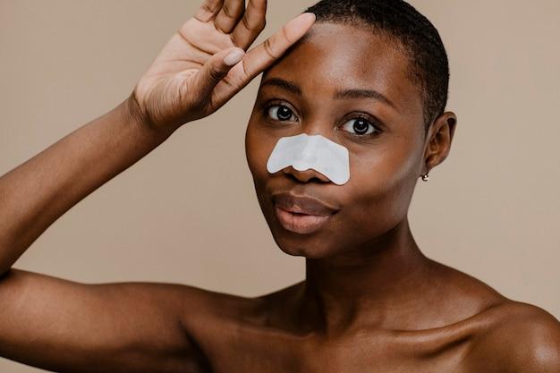 Donna di colore con una striscia di pori del naso