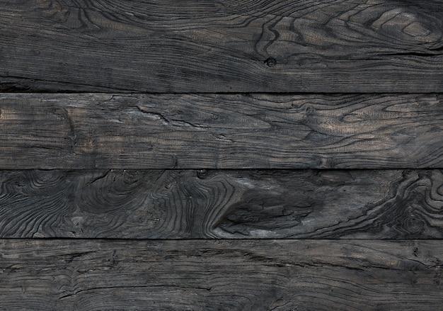 Tavole carbonizzate con fondo in legno nero