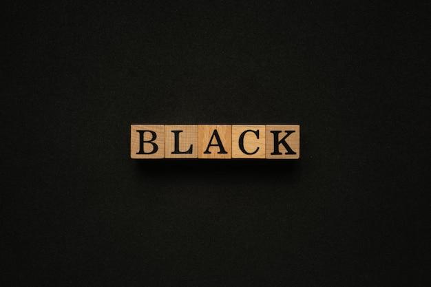 Parola nera sul blocco di legno.