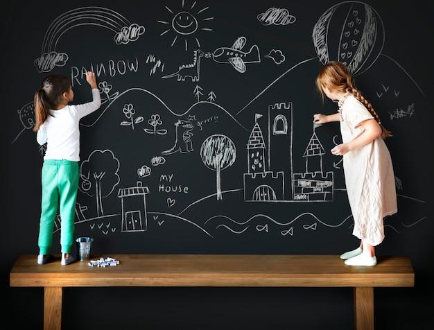 Lavagna che disegna concetto creativo di idea di immaginazione