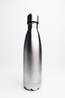 Primo piano della bottiglia d'acqua termica in acciaio inossidabile vuoto nero opaco isolato su sfondo bianco fotografia in studio bottiglia d'acqua termica in acciaio inossidabile isolato su sfondo bianco colore argento