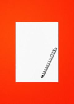 Vuoto a4 foglio di carta e penna mockup modello isolato su sfondo rosso