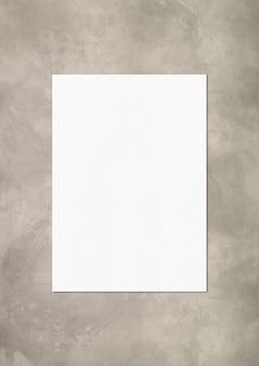 Modello di foglio di carta a4 vuoto isolato su priorità bassa concreta