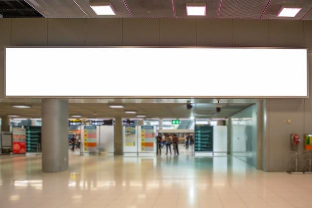 Tabellone per le affissioni di pubblicità in bianco agli annunci del modello dei media del manifesto di airportmockup
