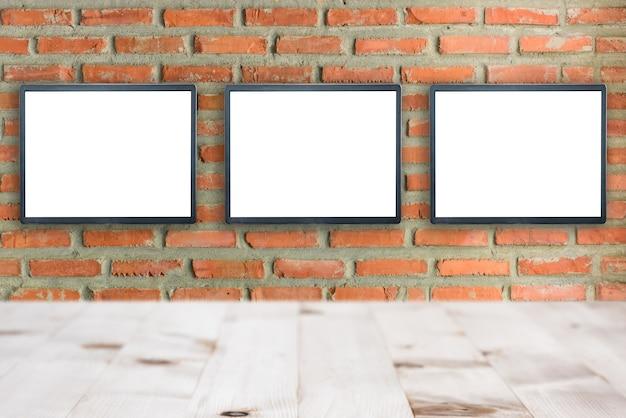 Fondo esteriore del muro di mattoni delle costruzioni in bianco del tabellone per le affissioni di pubblicità, spazio della copia.