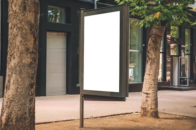 Tabellone per le affissioni di pubblicità in bianco sulla via della città