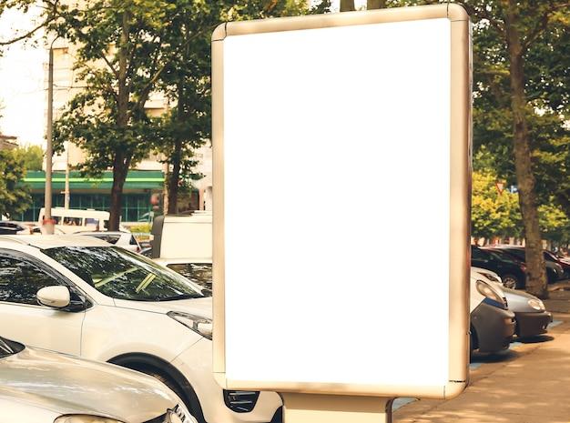 Cartellone pubblicitario vuoto sulla strada della città