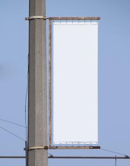 Cartellone pubblicitario vuoto isolato su superficie blu advertising