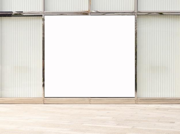 Tabellone per le affissioni di pubblicità in bianco su una parete della via