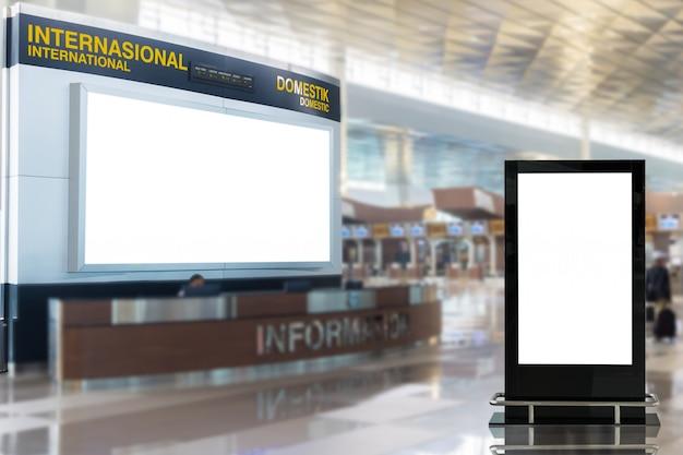 Cartelloni pubblicitari vuoti in aeroporto