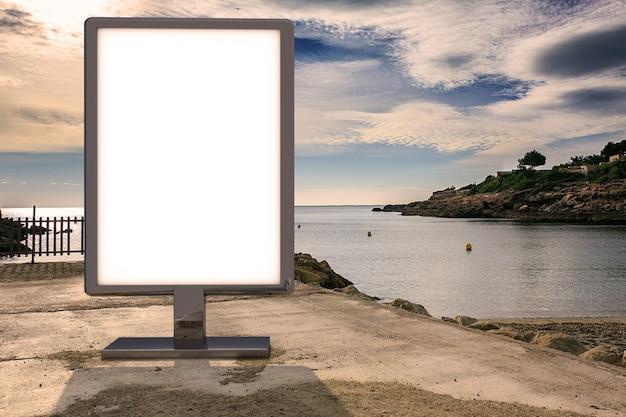 Mockup di pubblicità in bianco in strada. tabellone per le affissioni del manifesto sui precedenti della spiaggia
