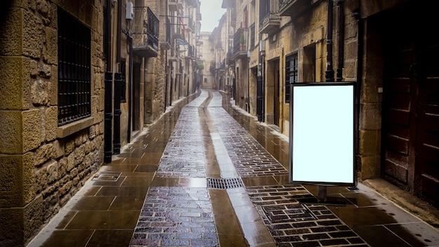 Mockup di pubblicità in bianco in strada. tabellone per le affissioni del manifesto sullo sfondo della città
